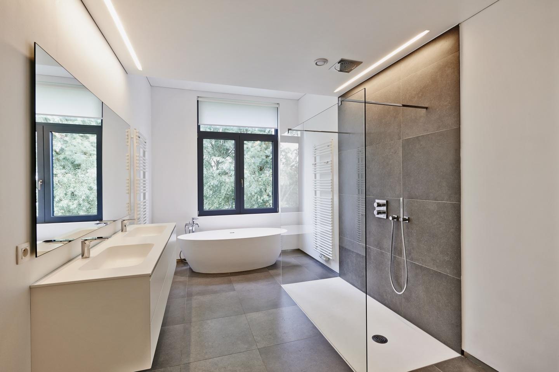 Большая ванная с подсветкой