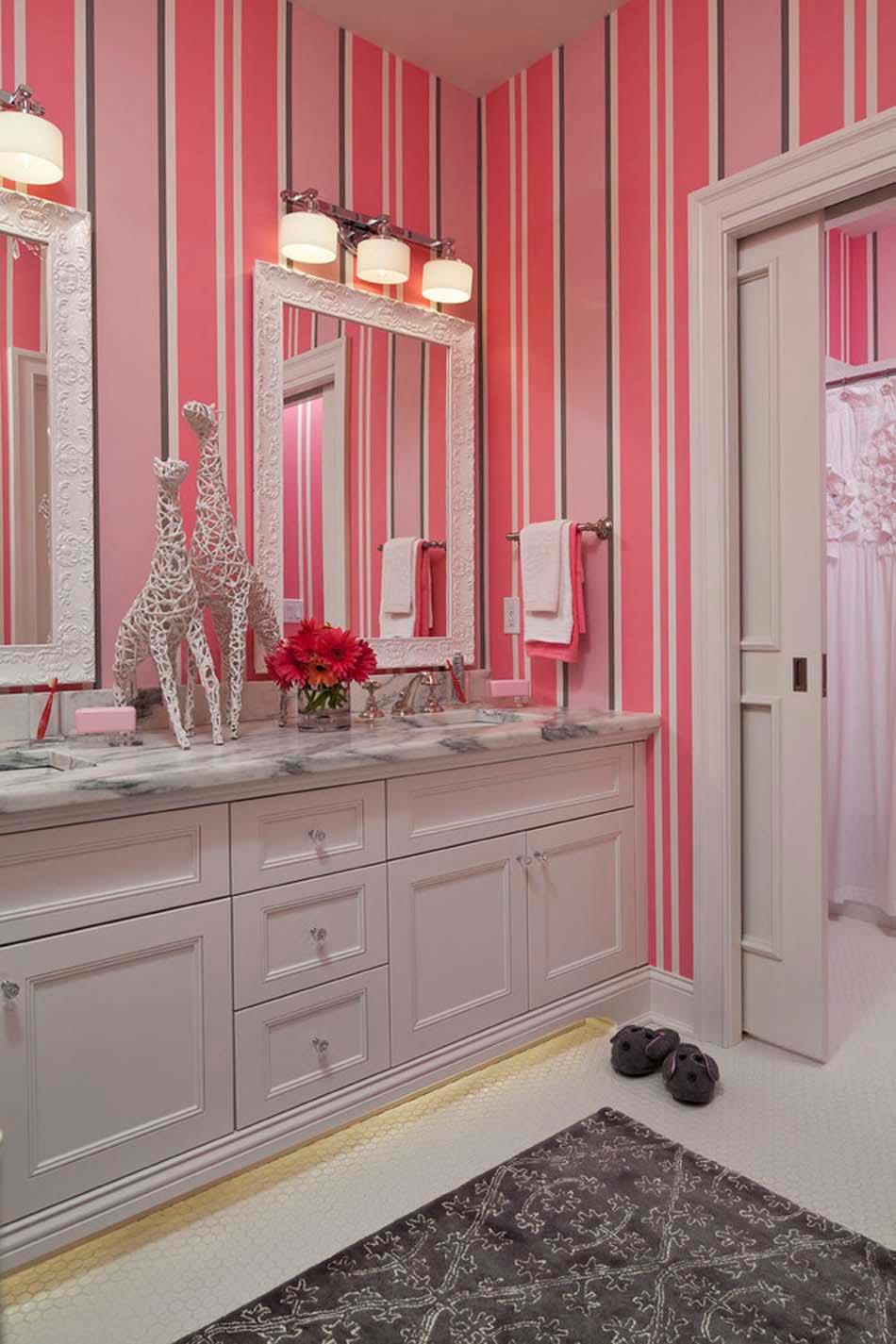 Обои в туалете в розовую полоску