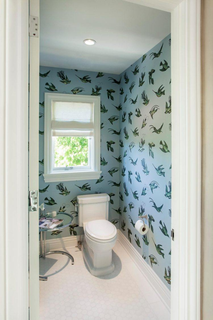 Обои в туалете с птицами