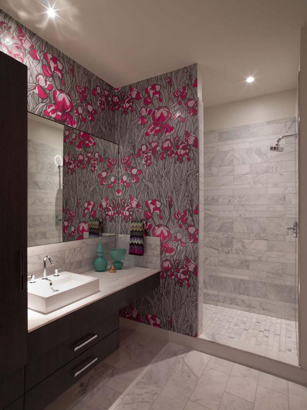 Обои в туалете розовые