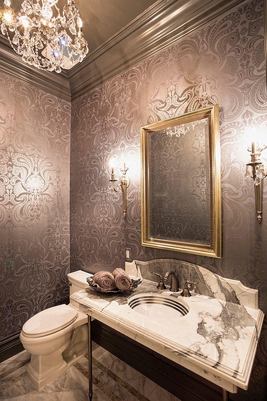 Обои в туалете с серебряным узором