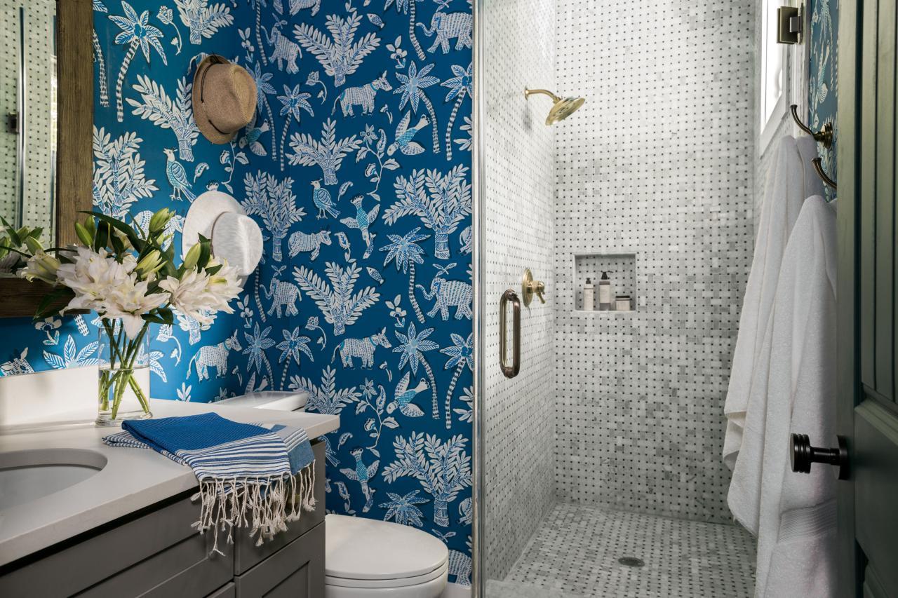 Обои в туалете синие с принтом