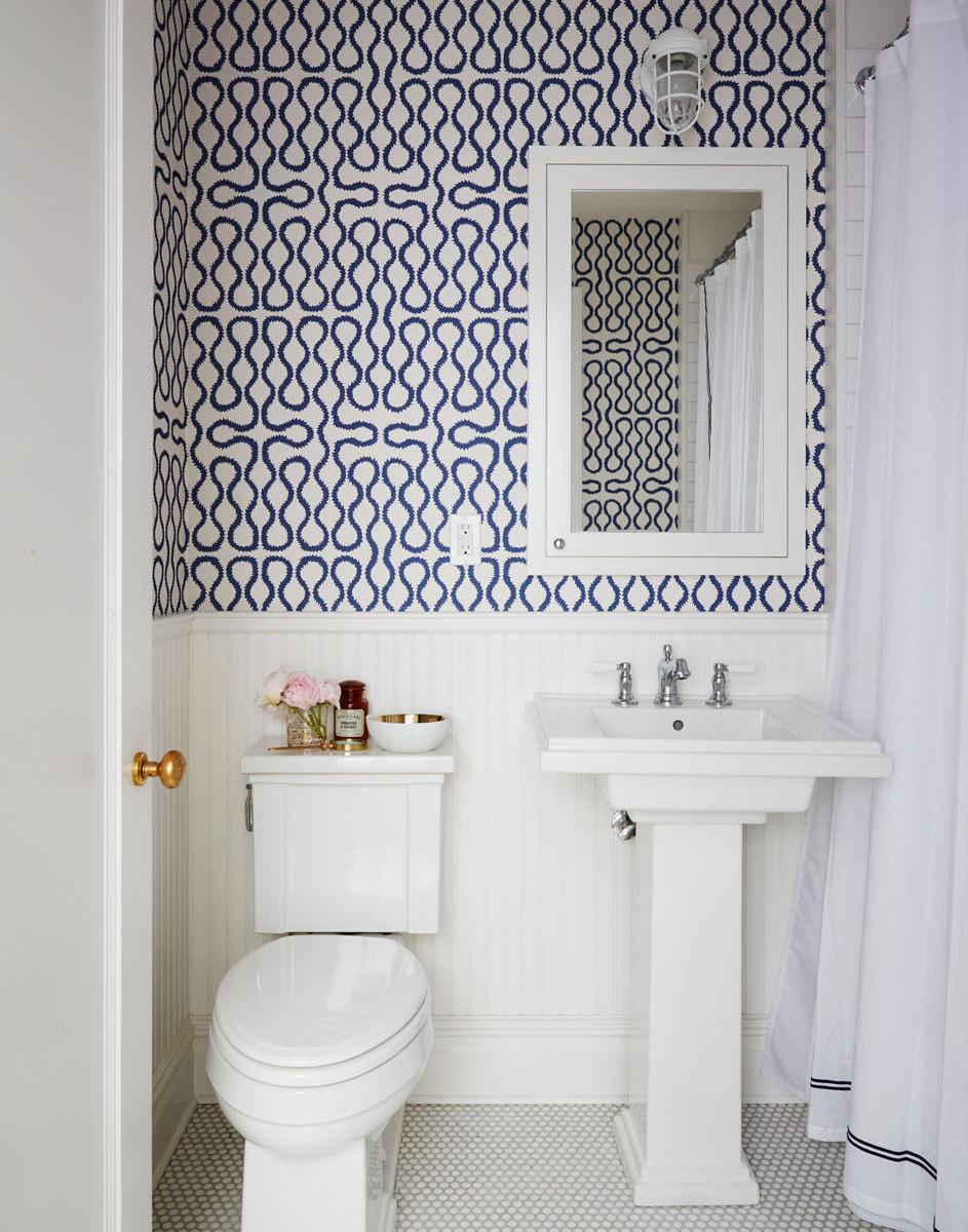 Обои в туалете с синим узором