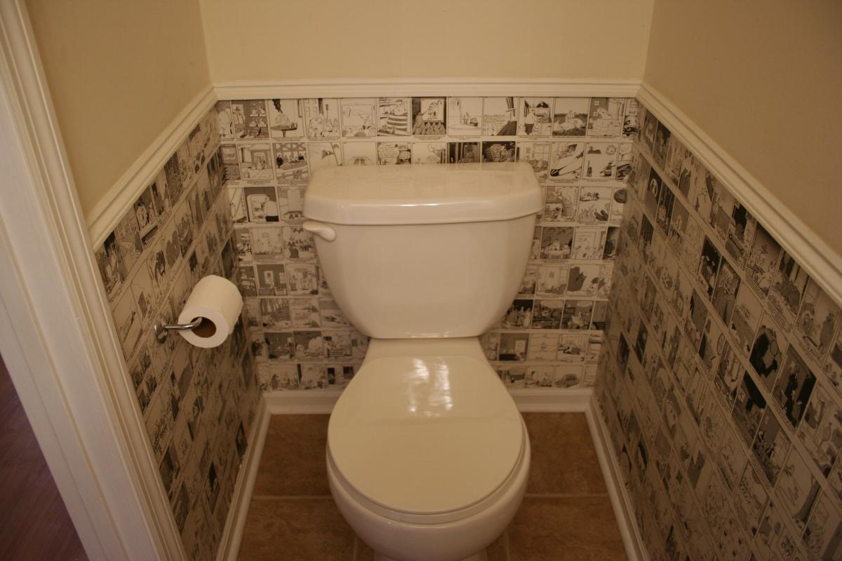 Обои в туалете снизу