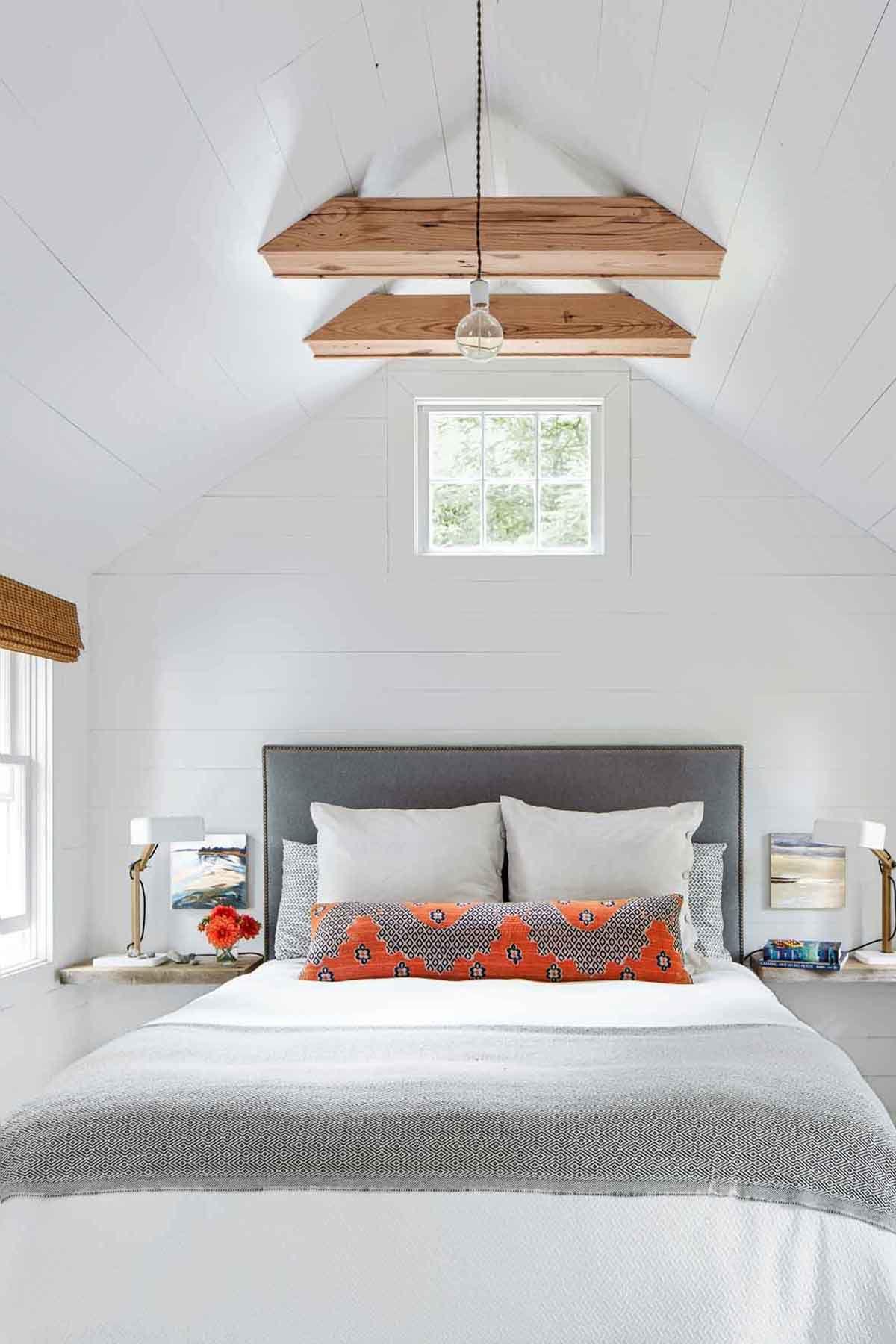 Белый интерьер спальни на мансарде