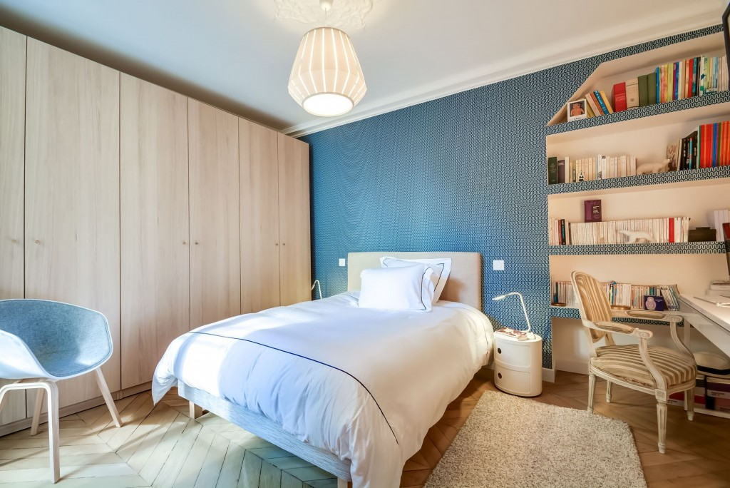 Интерьер спальни для девушки современный