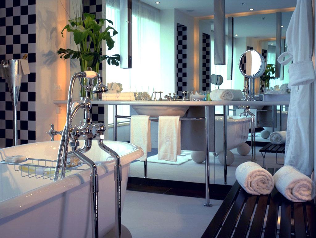 Большая ванная со стальным декором