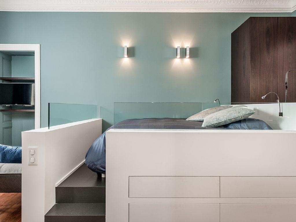 Кровать подиум со стеклянными перегородками