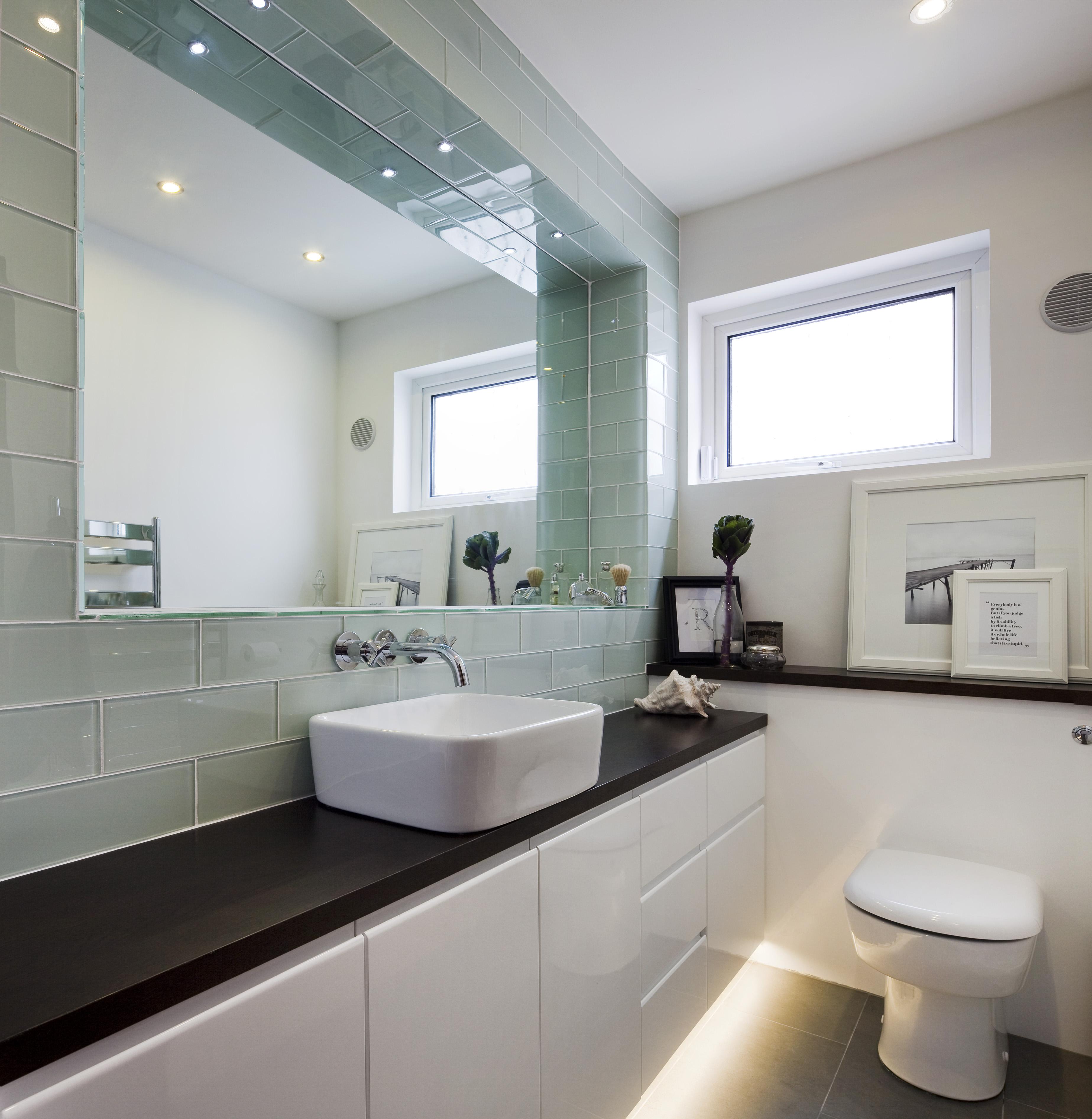 Большая ванная со стеклянной плиткой