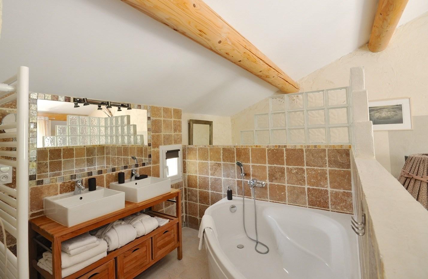 Большая ванная со стеклоблоками