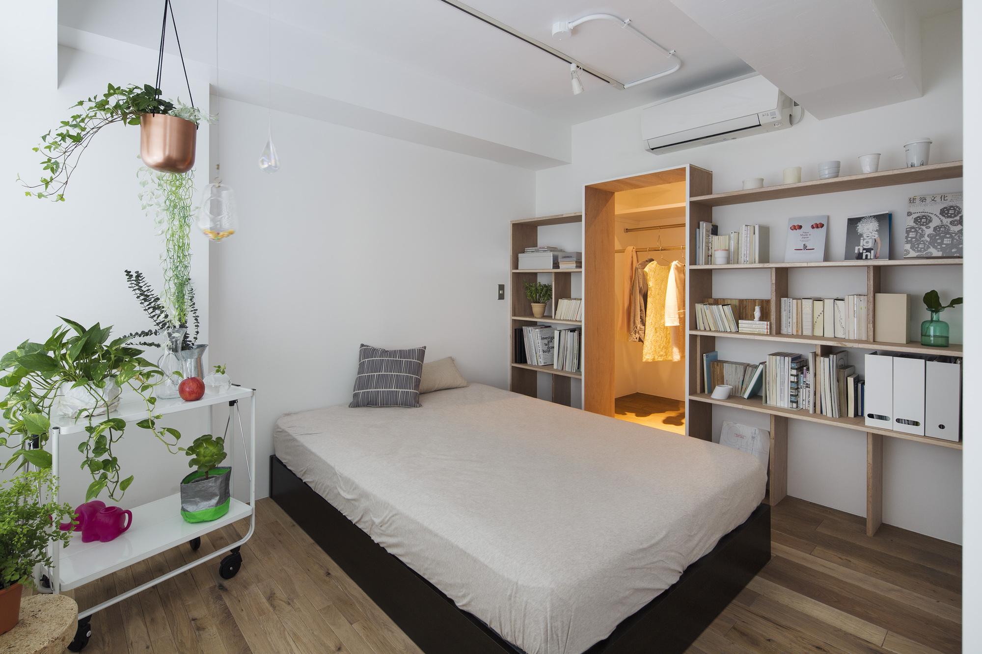 Японский интерьер спальни со стеллажами