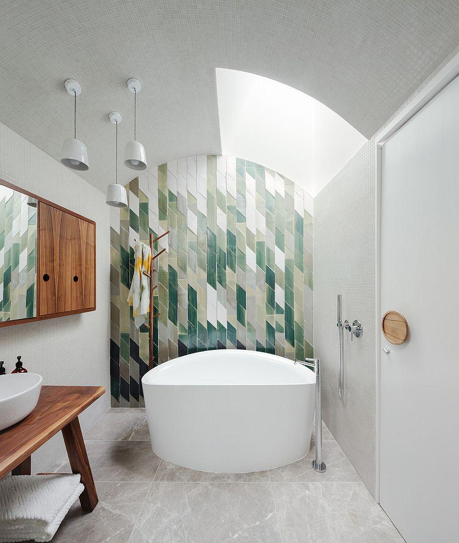 Большая ванная с декоративной стеной