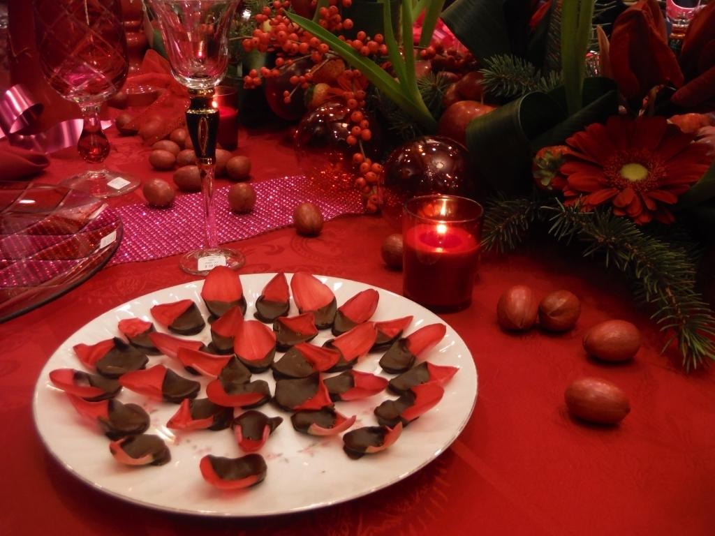 Декор стола на день святого валентина в красном цвете
