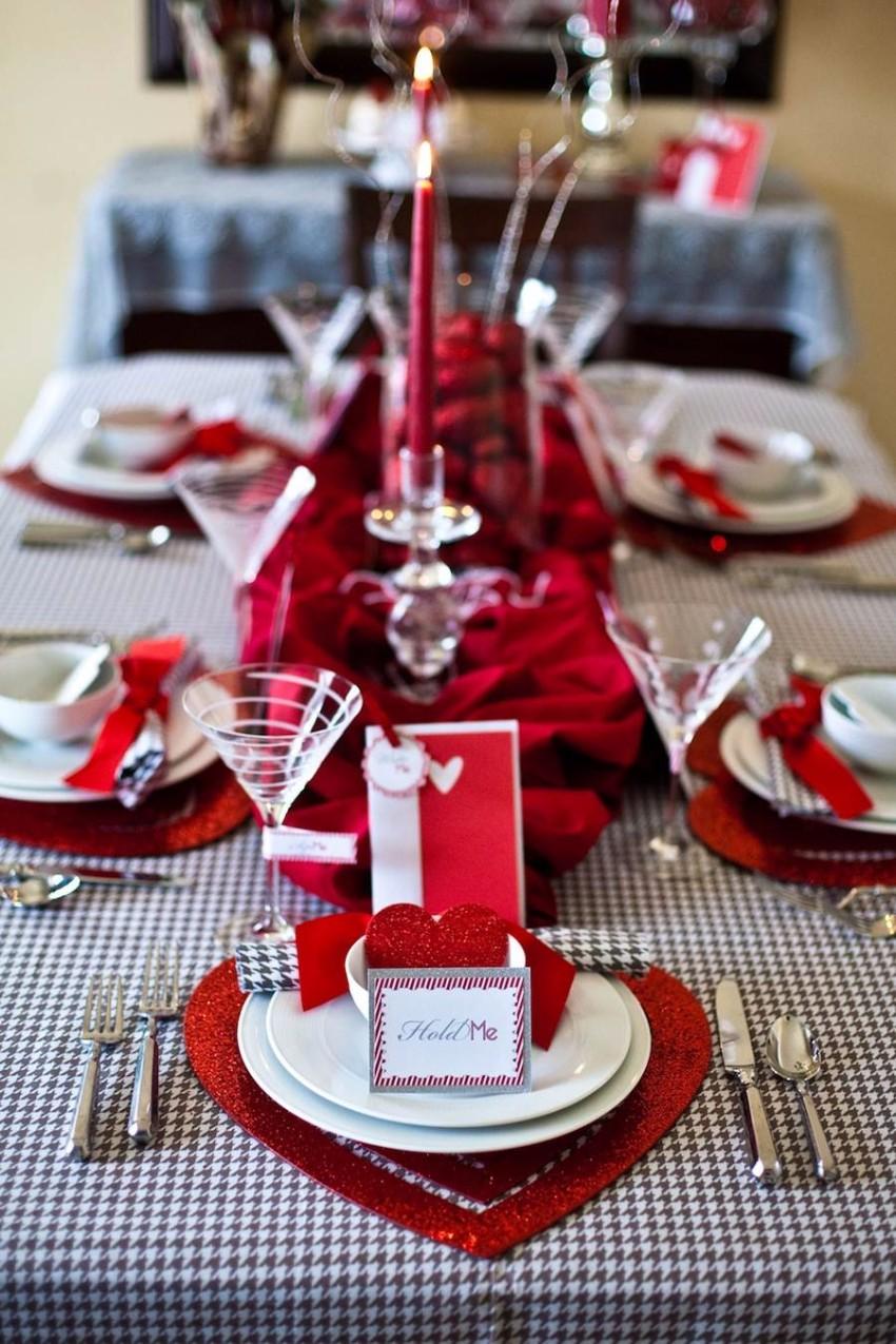 Декор стола на день святого валентина с подставками в виде сердец
