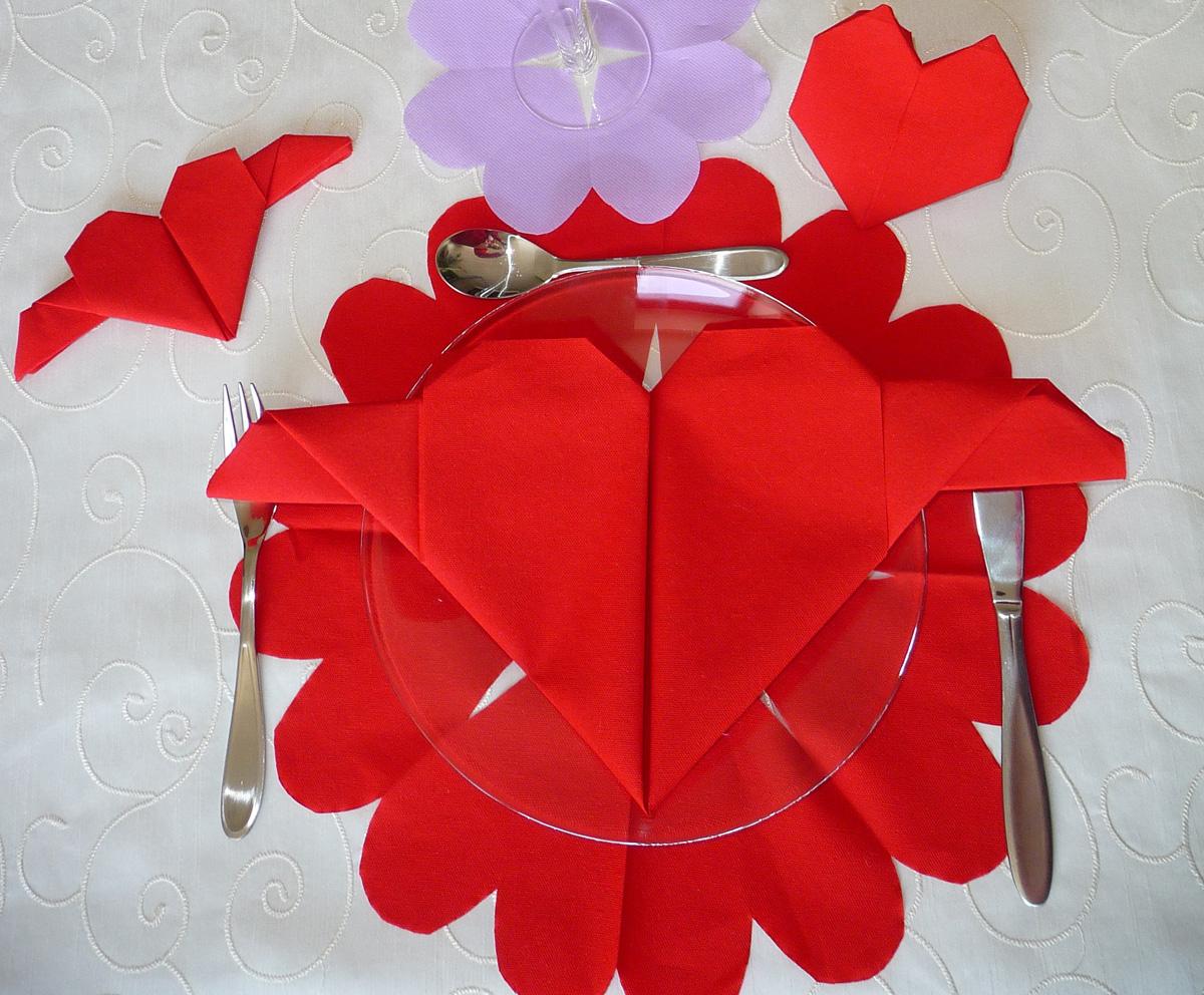 Декор стола на день святого валентина салфетками