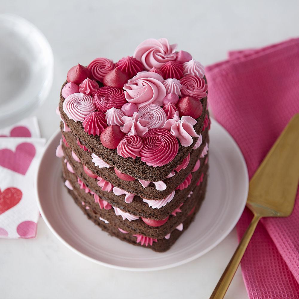 Декор стола на день святого валентина тортом