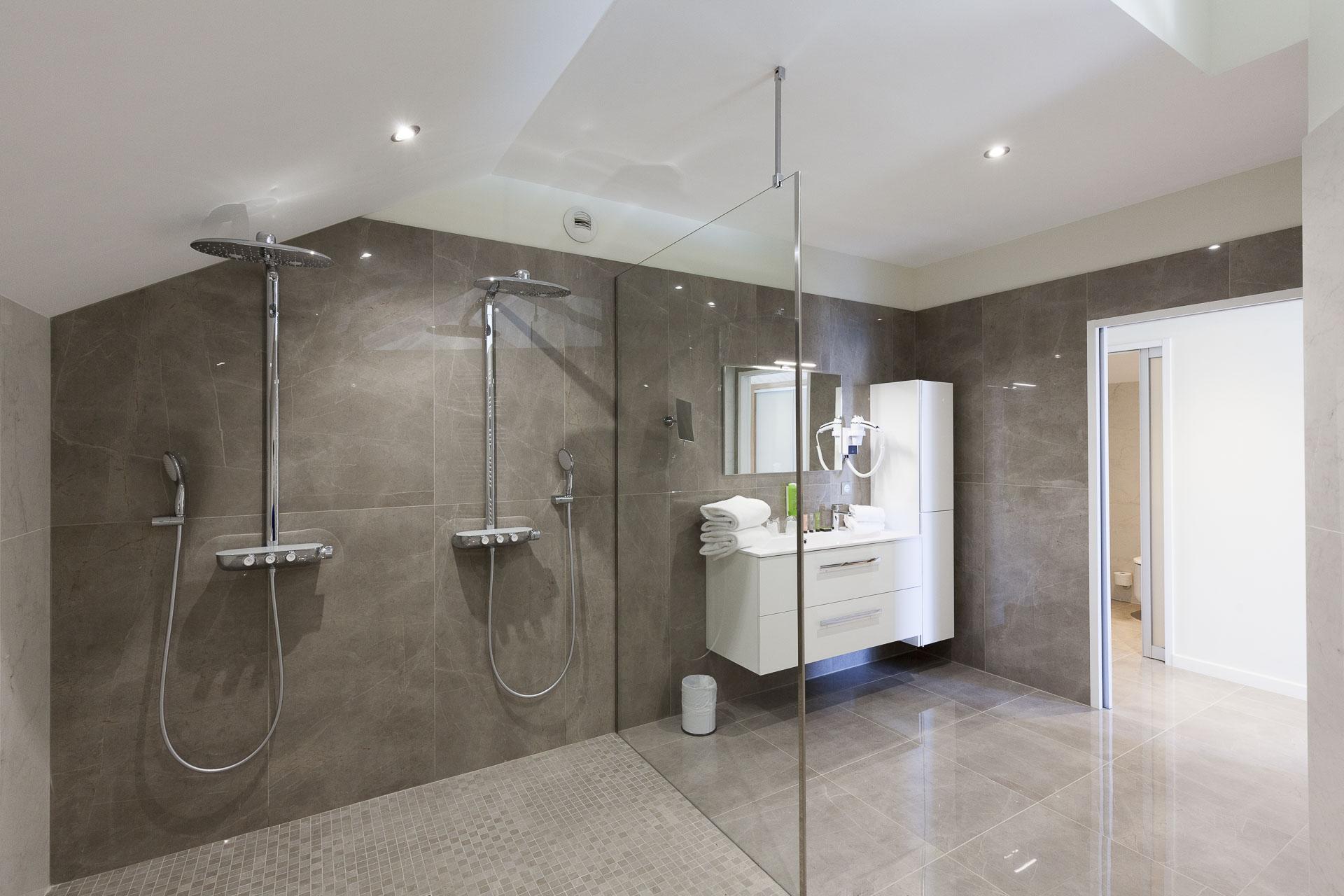 Большая ванная с тропическим душем