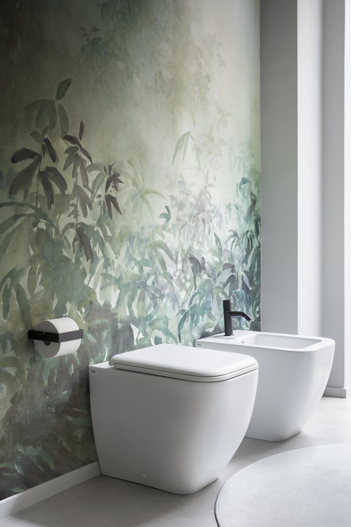 Обои в туалете с тропическим рисунком