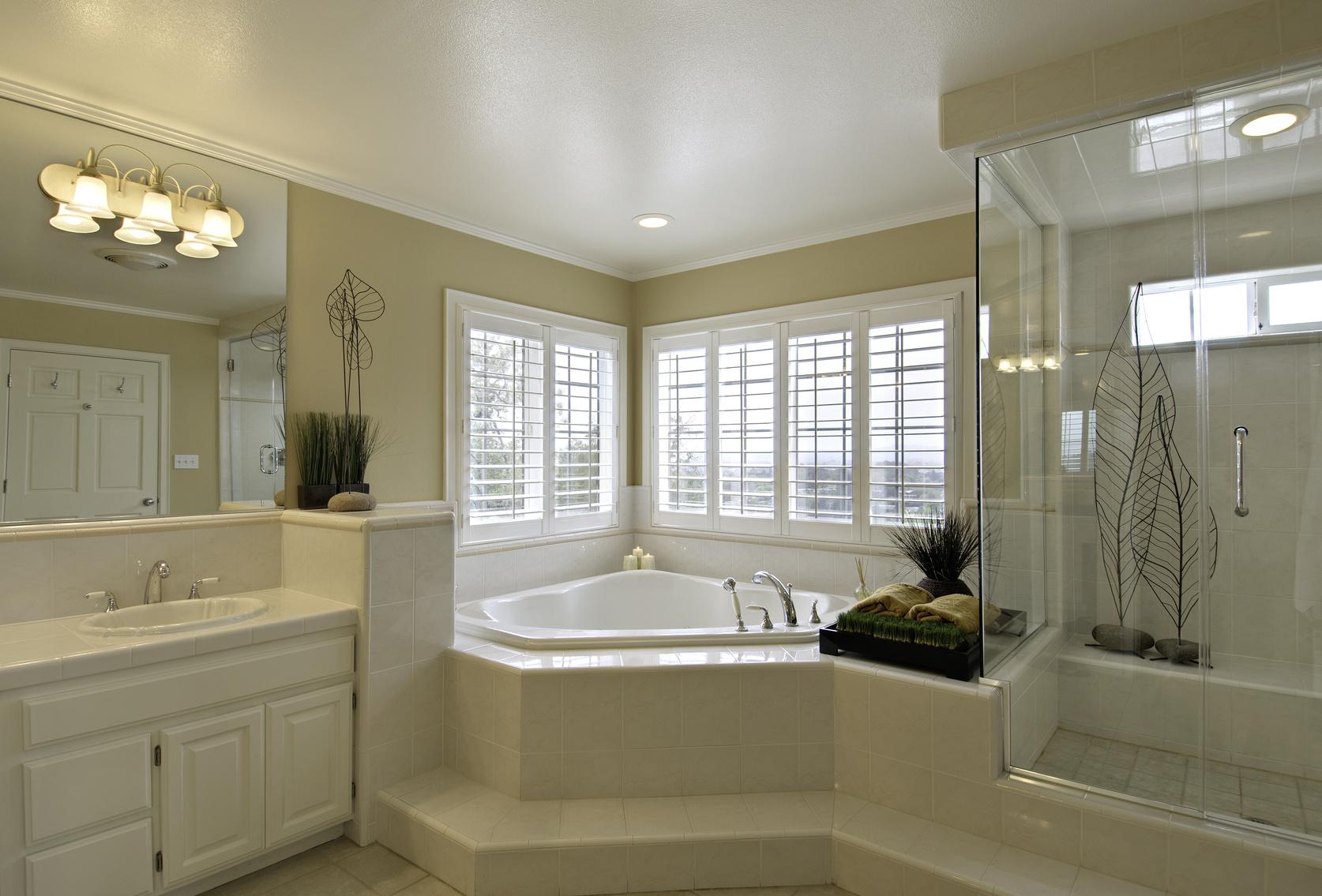 Большая ванная с угловой ванной