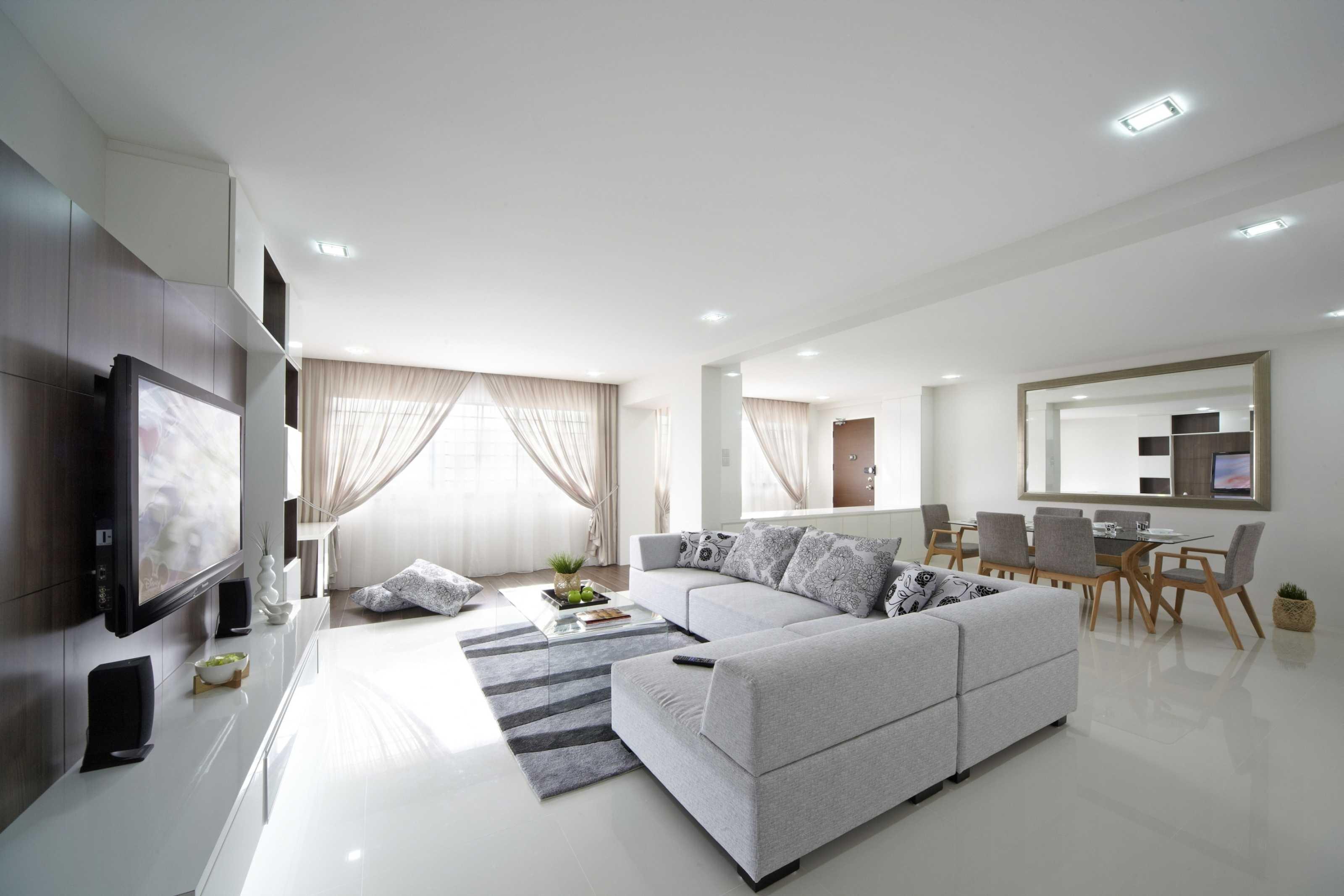 Белый интерьер с угловым диваном