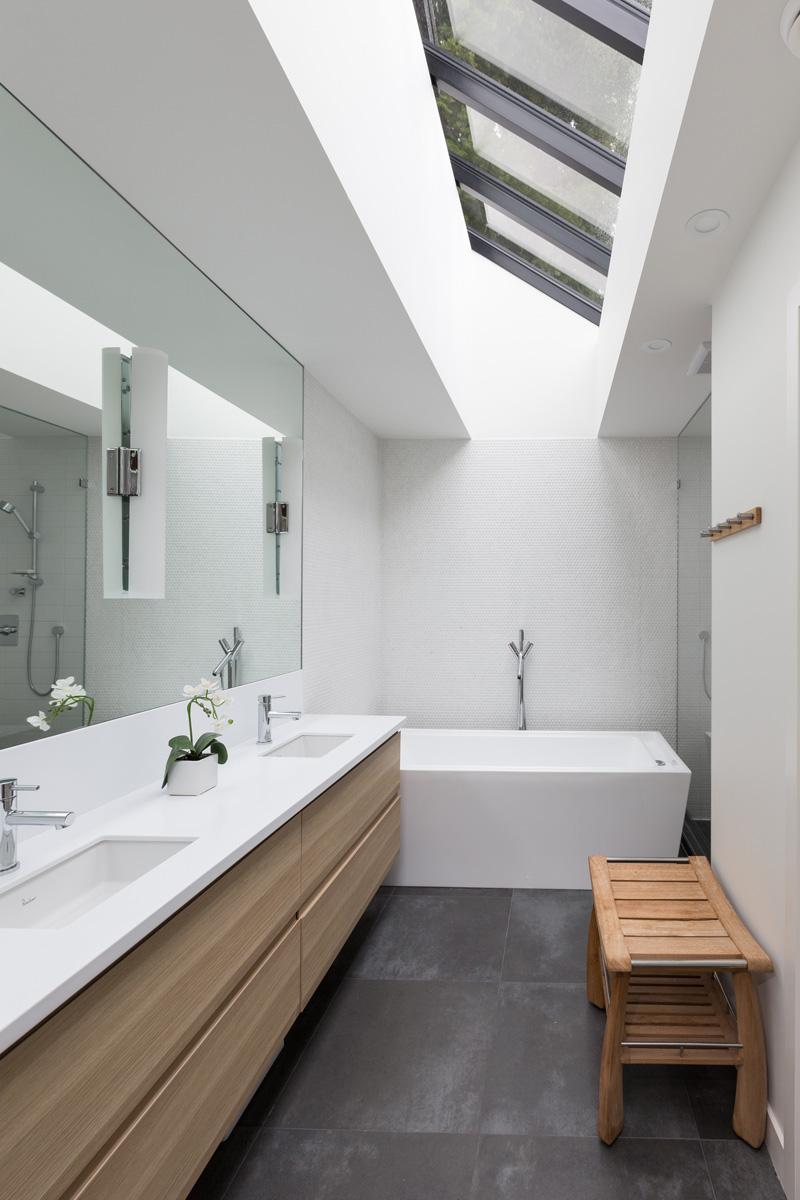 Большая ванная узкая