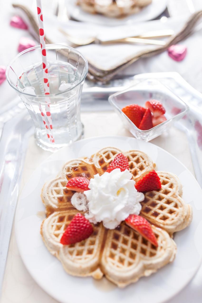 Подарок на 14 февраля своими руками завтрак с вафлями