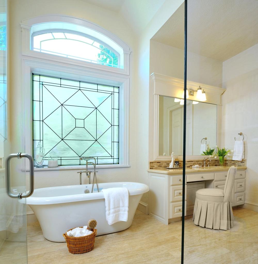 Большая ванная с витражом