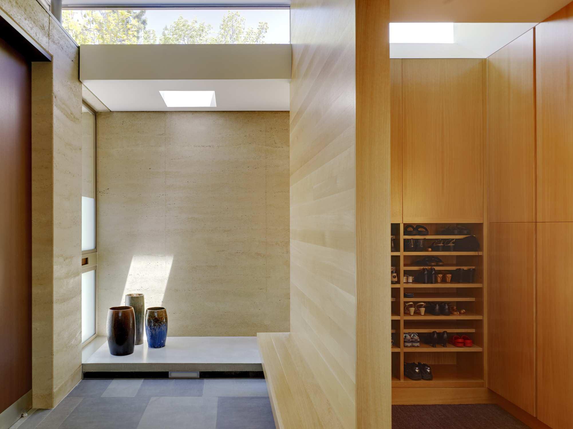 Японский интерьер со встроенной мебелью
