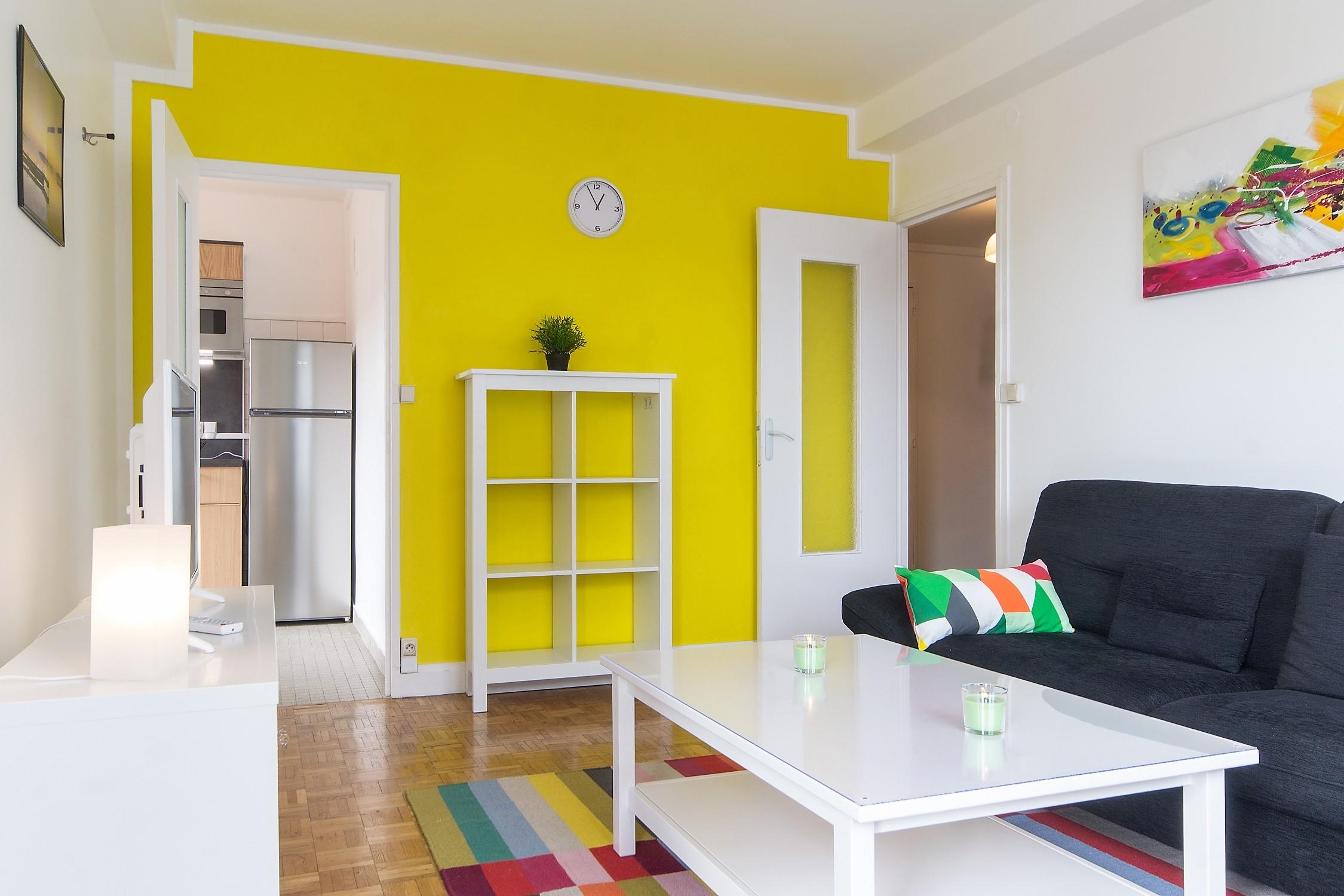 Как расставить мебель в однокомнатной квартире яркой
