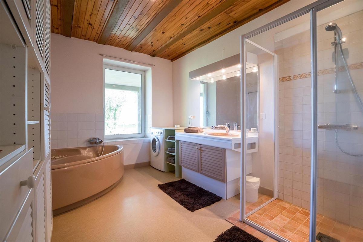 Большая ванная в загородном доме