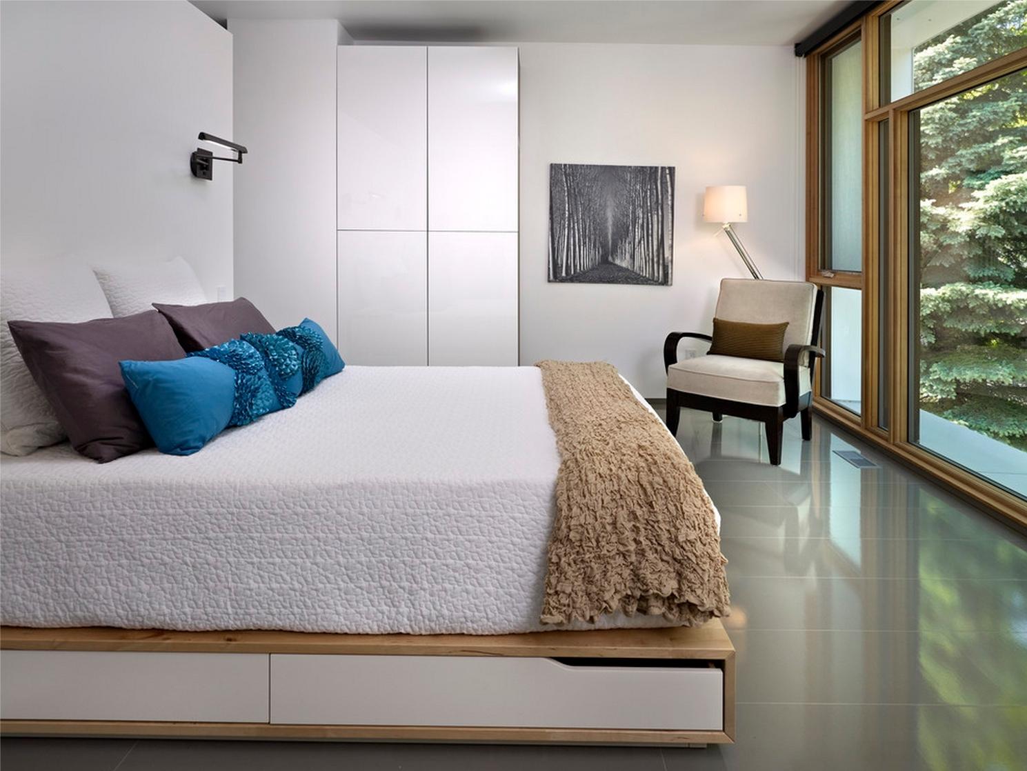 Кровать подиум в загородном доме