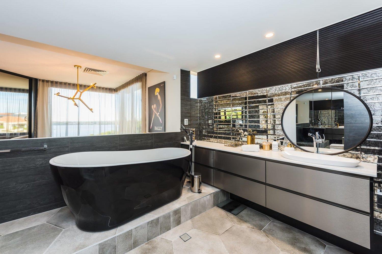 Большая ванная с зеркальной плиткой