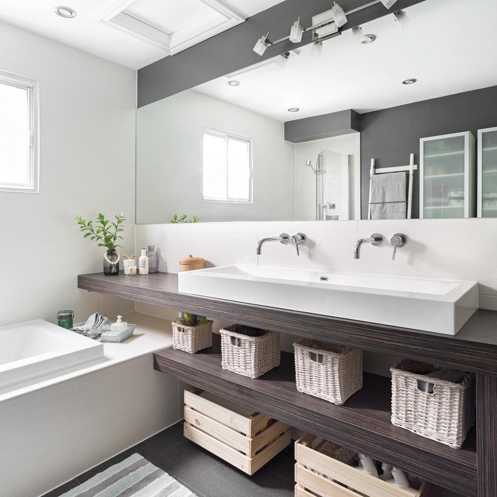 Большая ванная с зеркалом