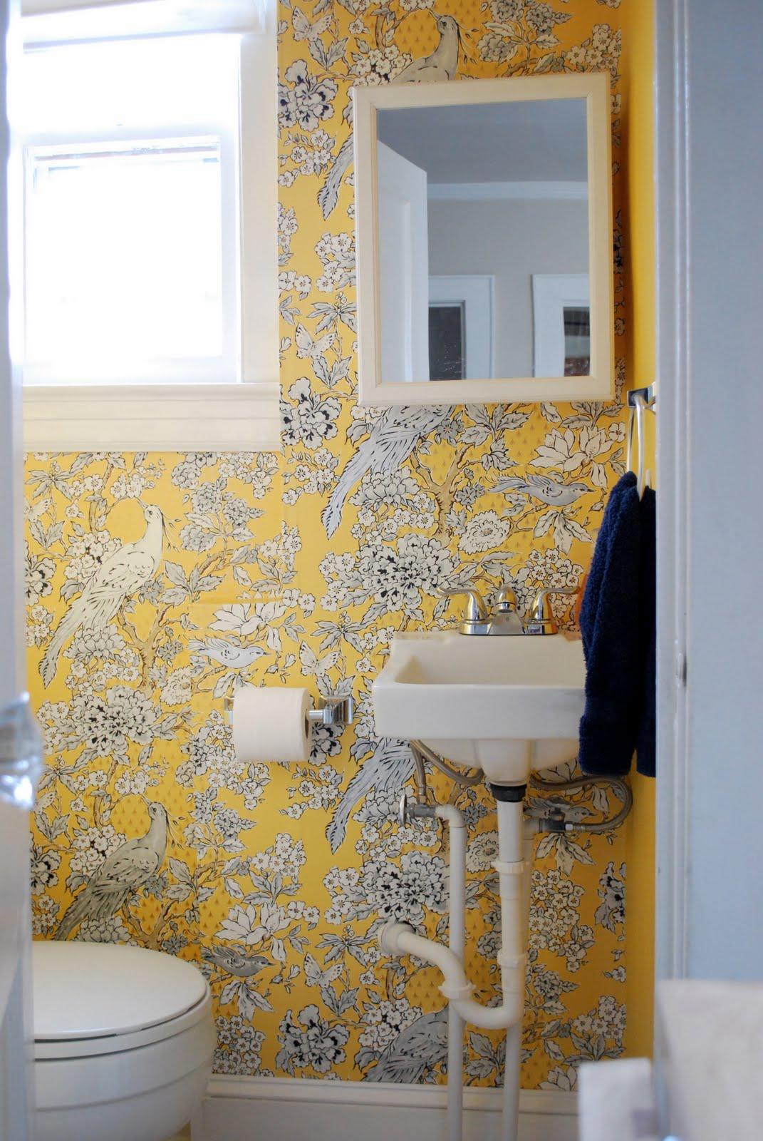 Обои в туалете желтые с принтом