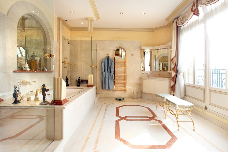 Большая ванная с золотом