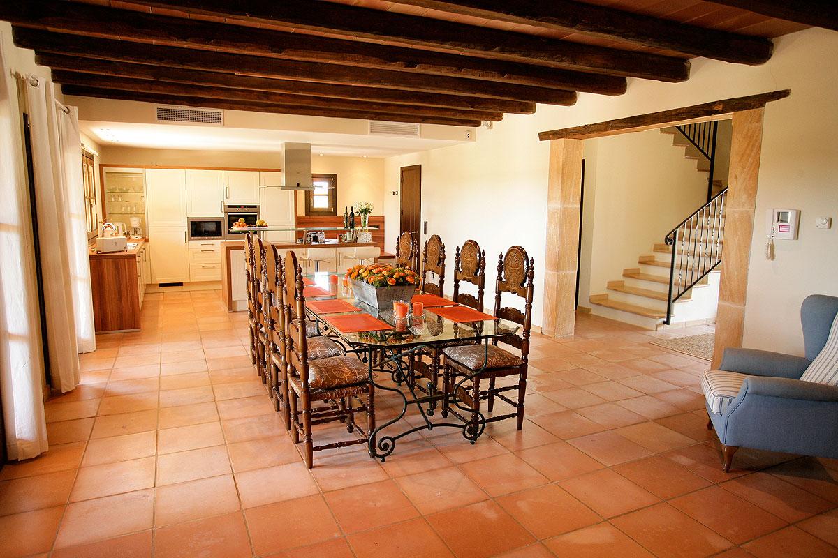 Дизайн кухни гостиной с балками