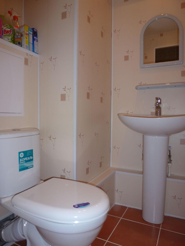 Ремонт туалета панелями бежевыми