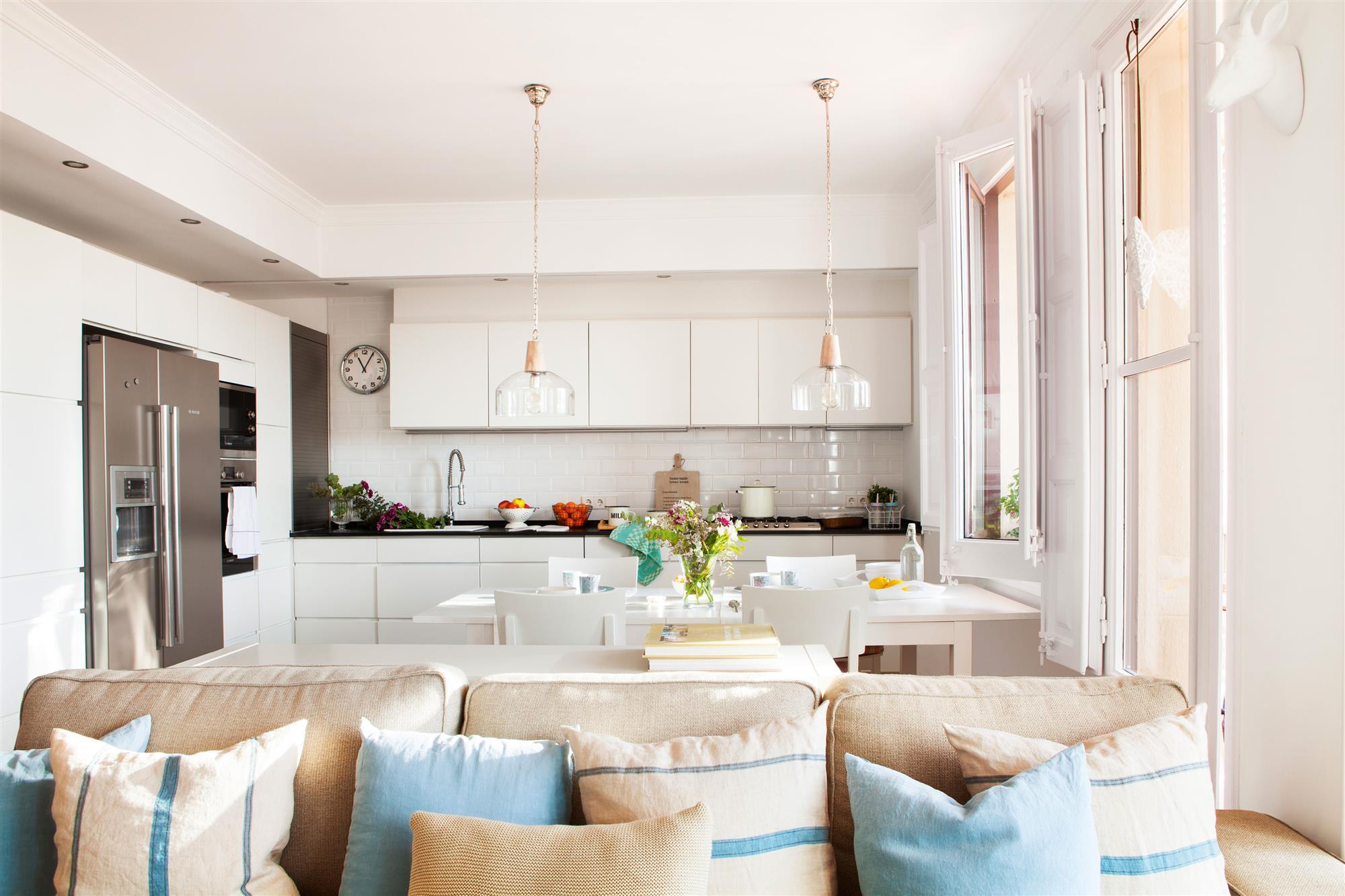 Дизайн кухни гостиной белой