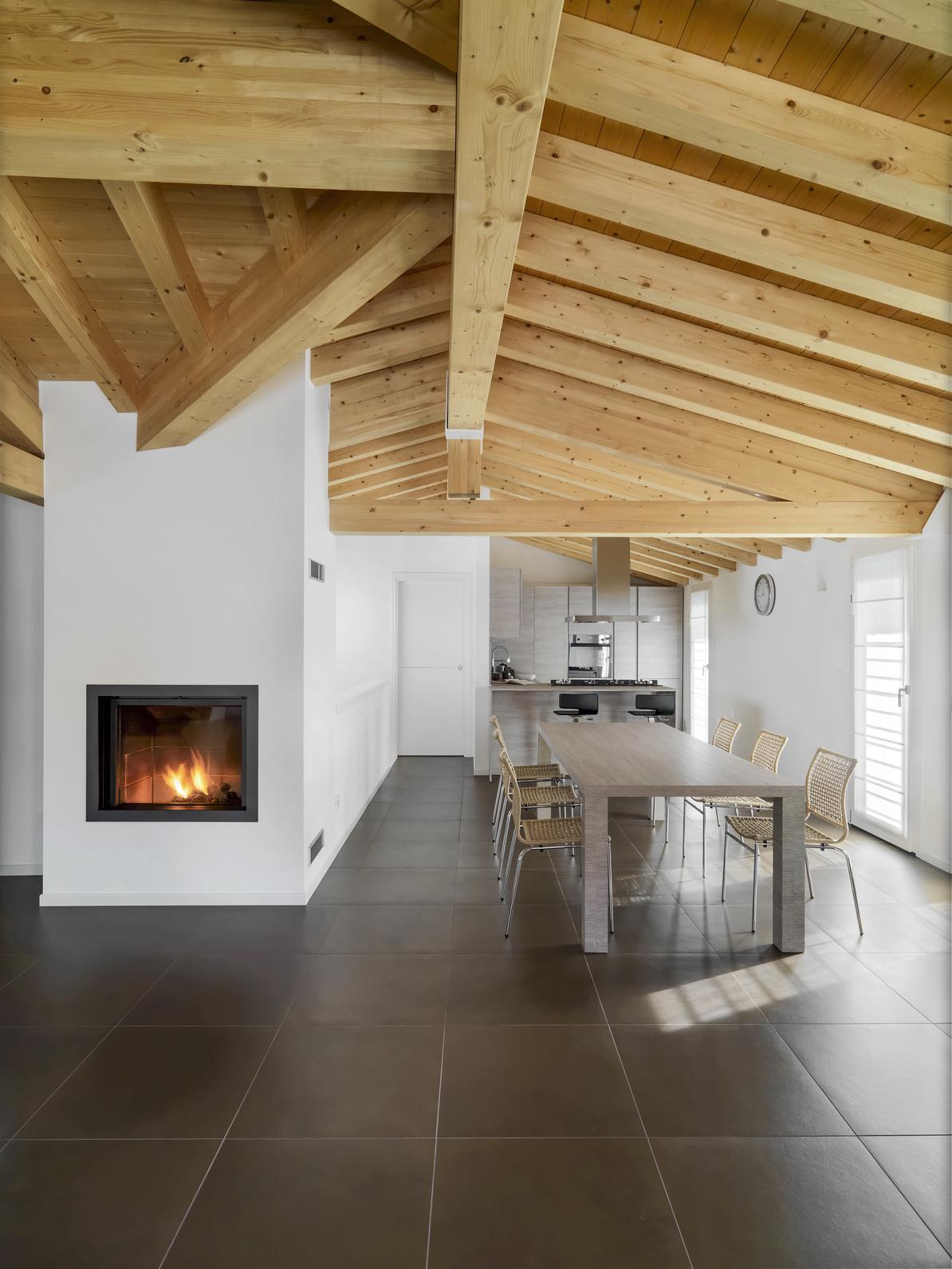 Дизайн кухни гостиной с деревянным потолком