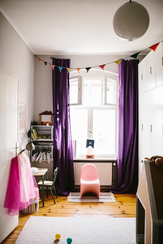 Планировка детской с фиолетовыми шторами