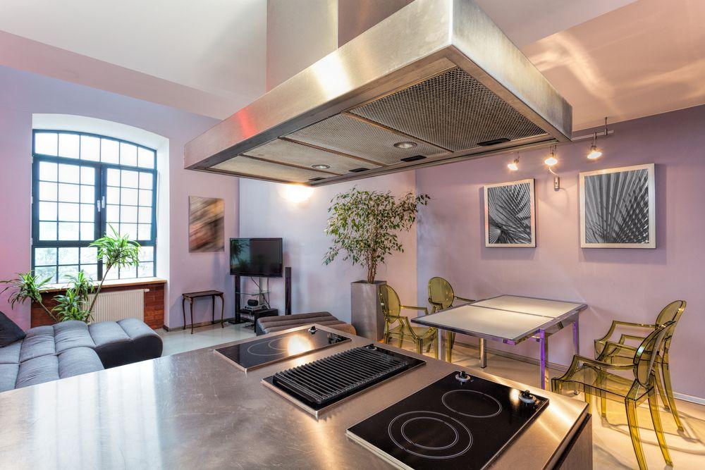Дизайн кухни гостиной в фиолетовом цвете