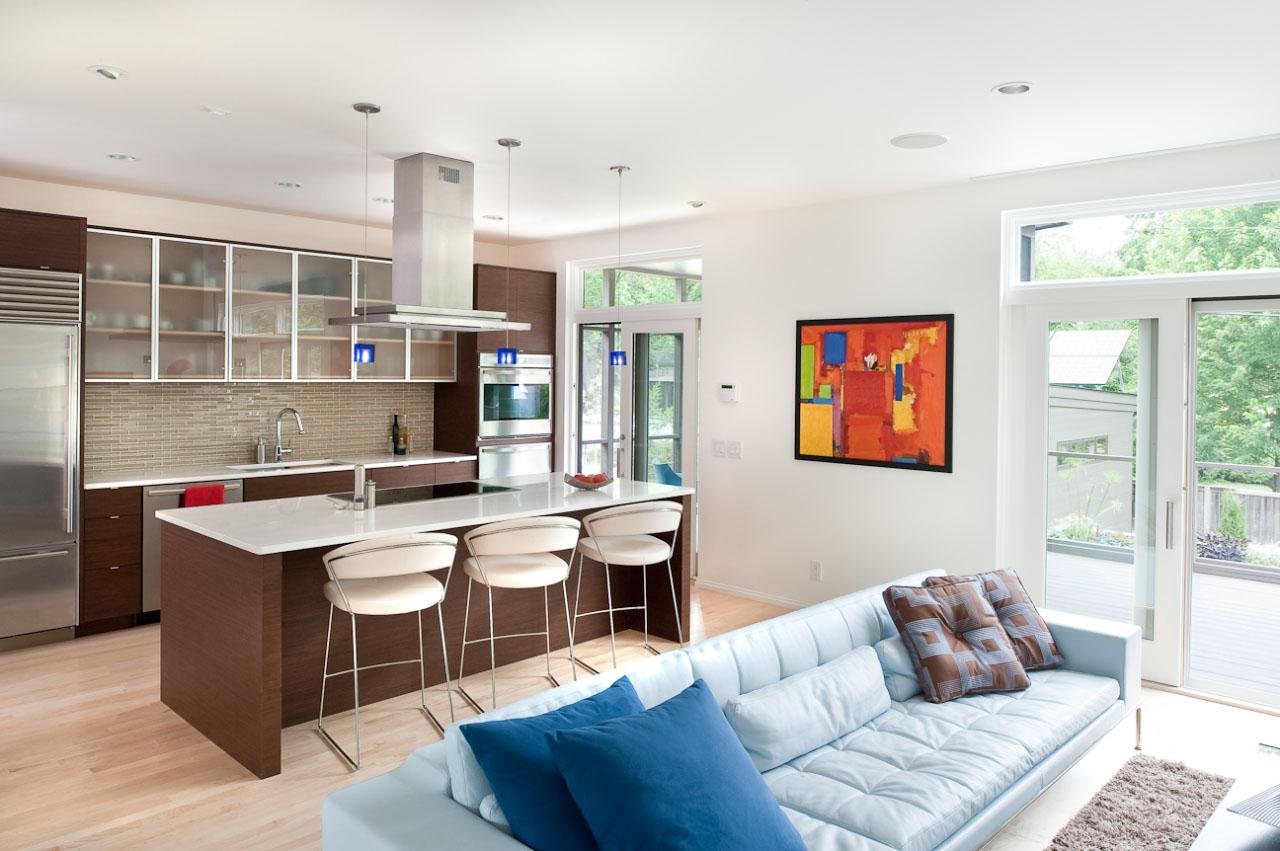Дизайн кухни гостиной с голубым диваном