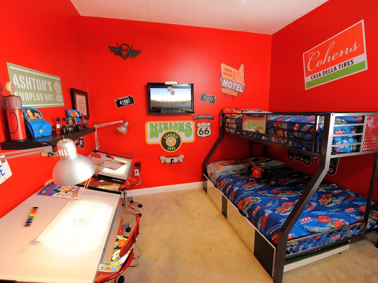 Декор детской комнаты с красными стенами