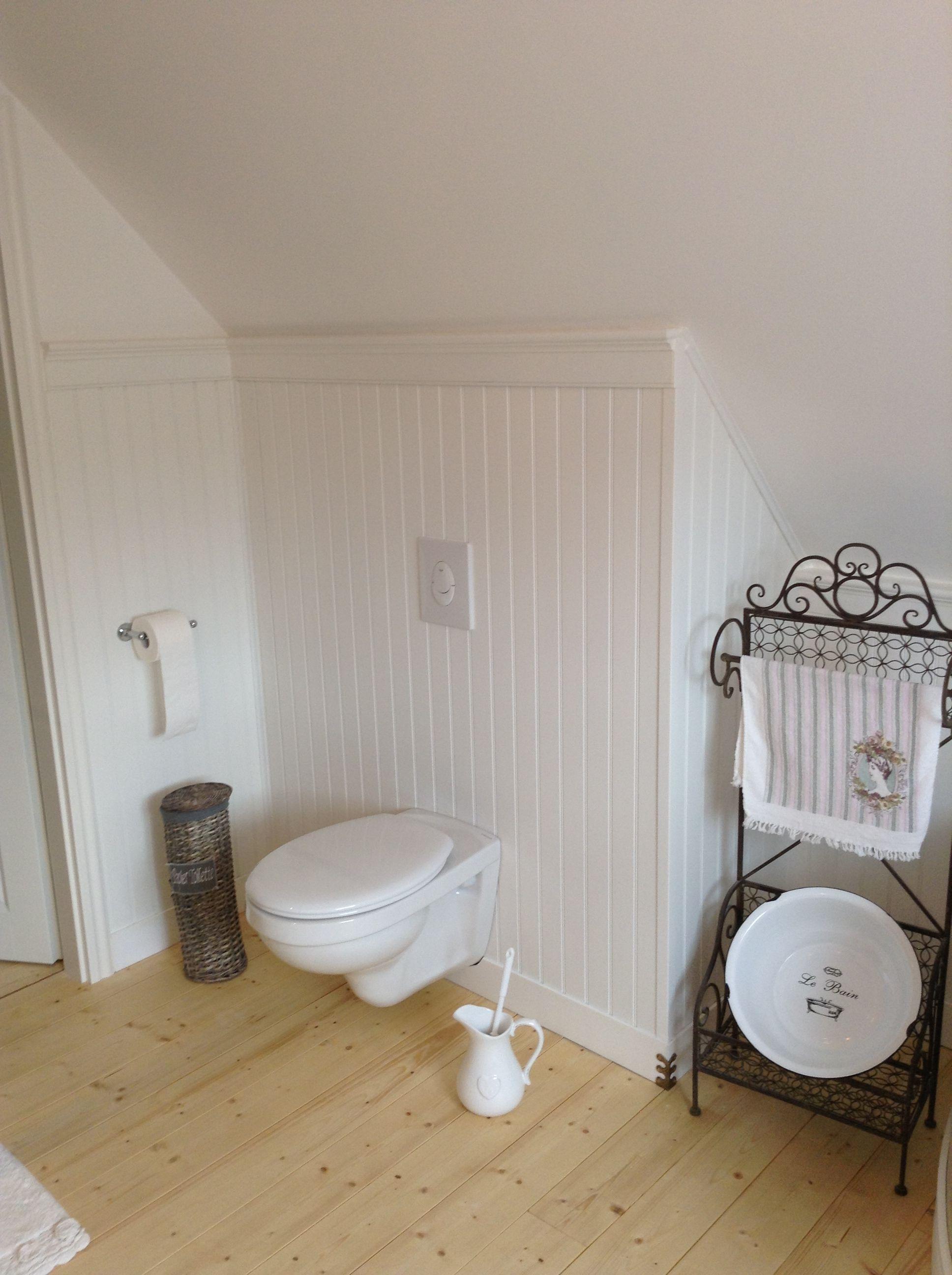 Ремонт туалета панелями на мансарде