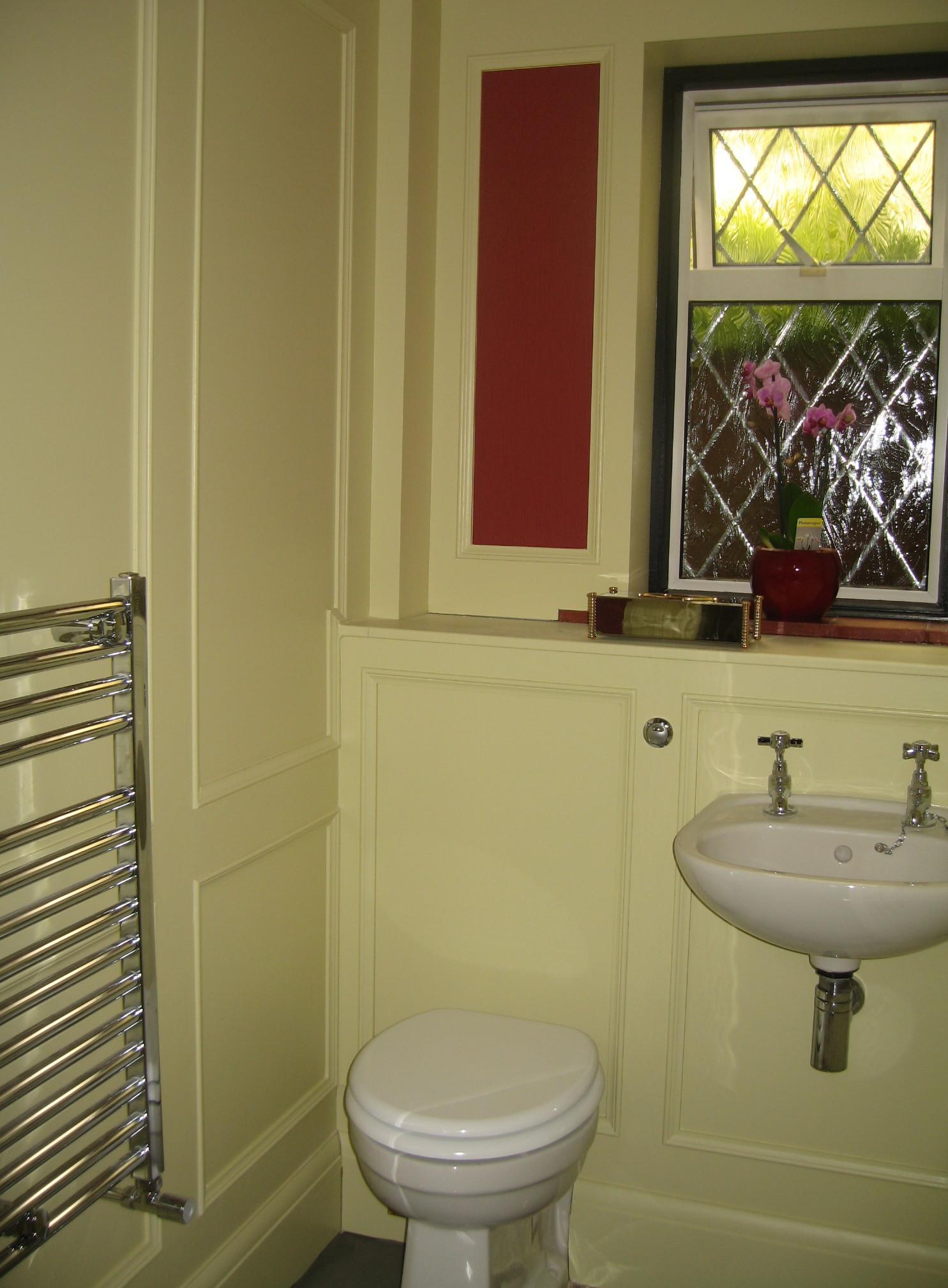 Ремонт туалета панелями с молдингами