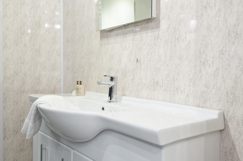 Ремонт туалета панелями под мрамор