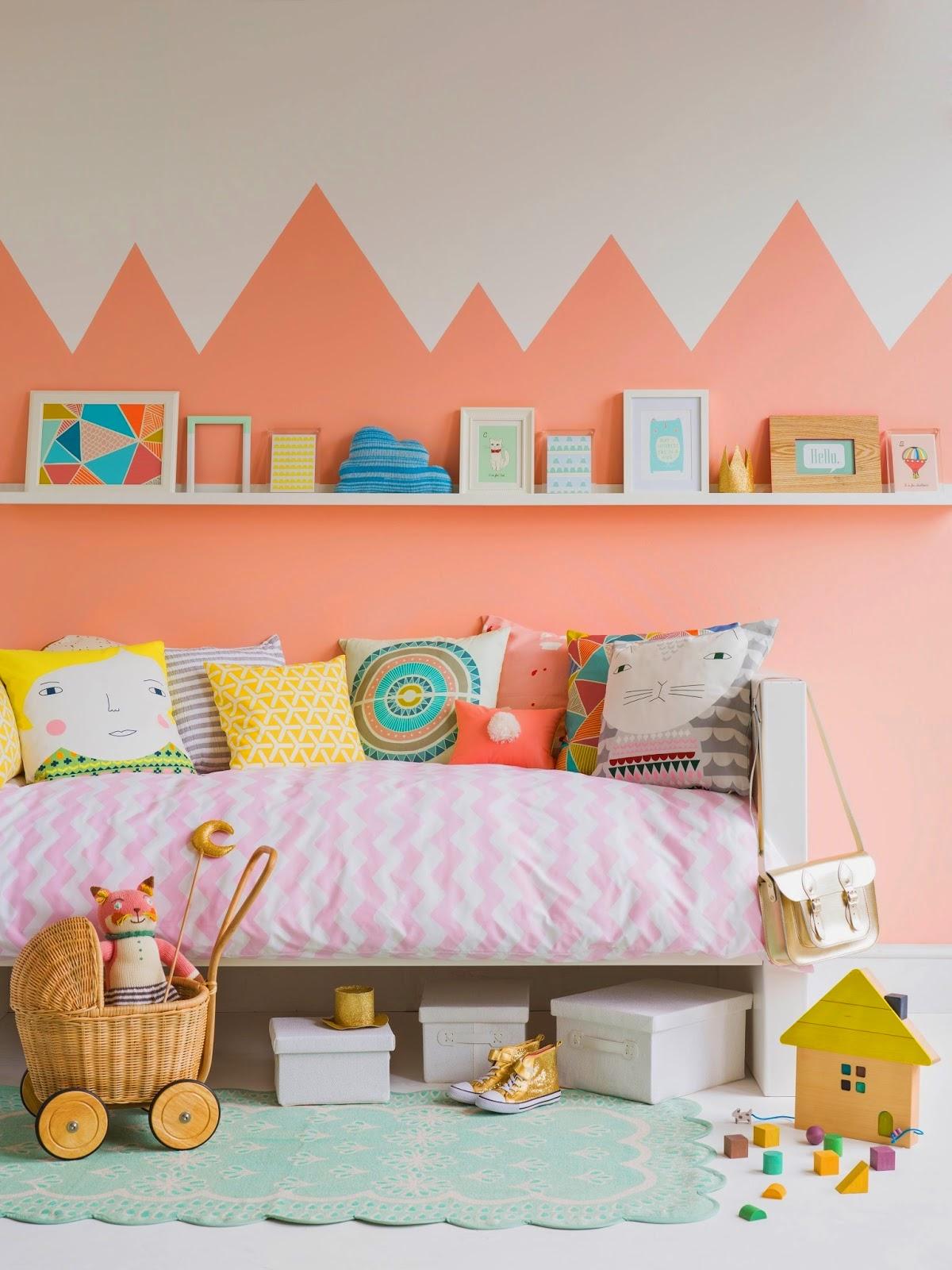 Декор детской комнаты в персиковом цвете