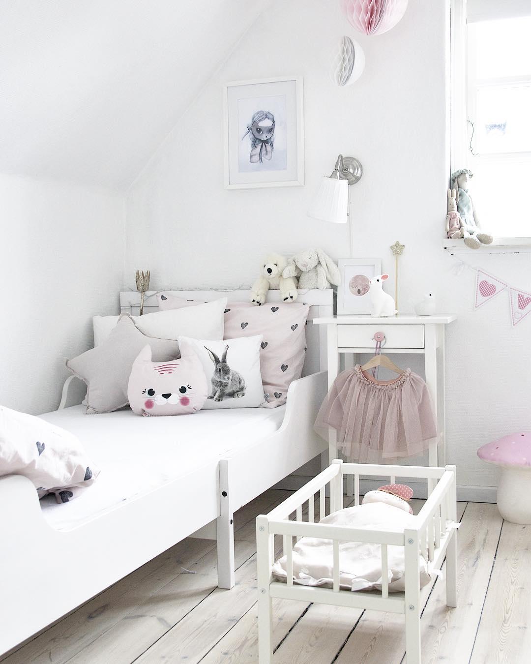 Декор детской комнаты подушками