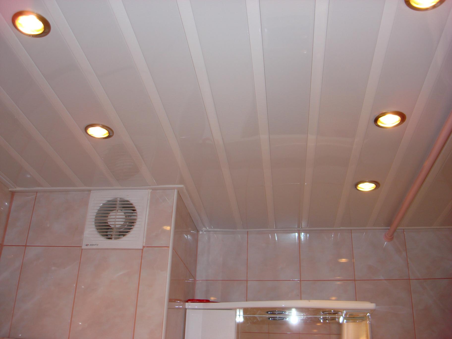 Ремонт туалета панелями на потолке