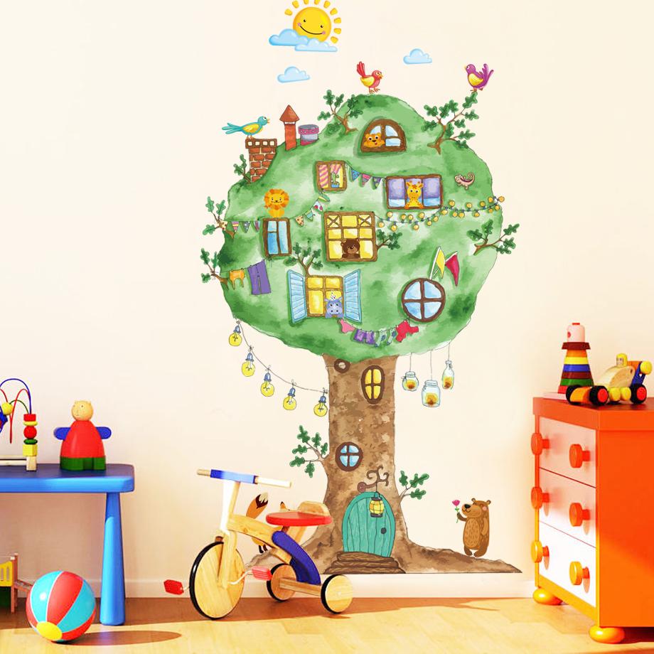 Декор стены детской комнаты принтом